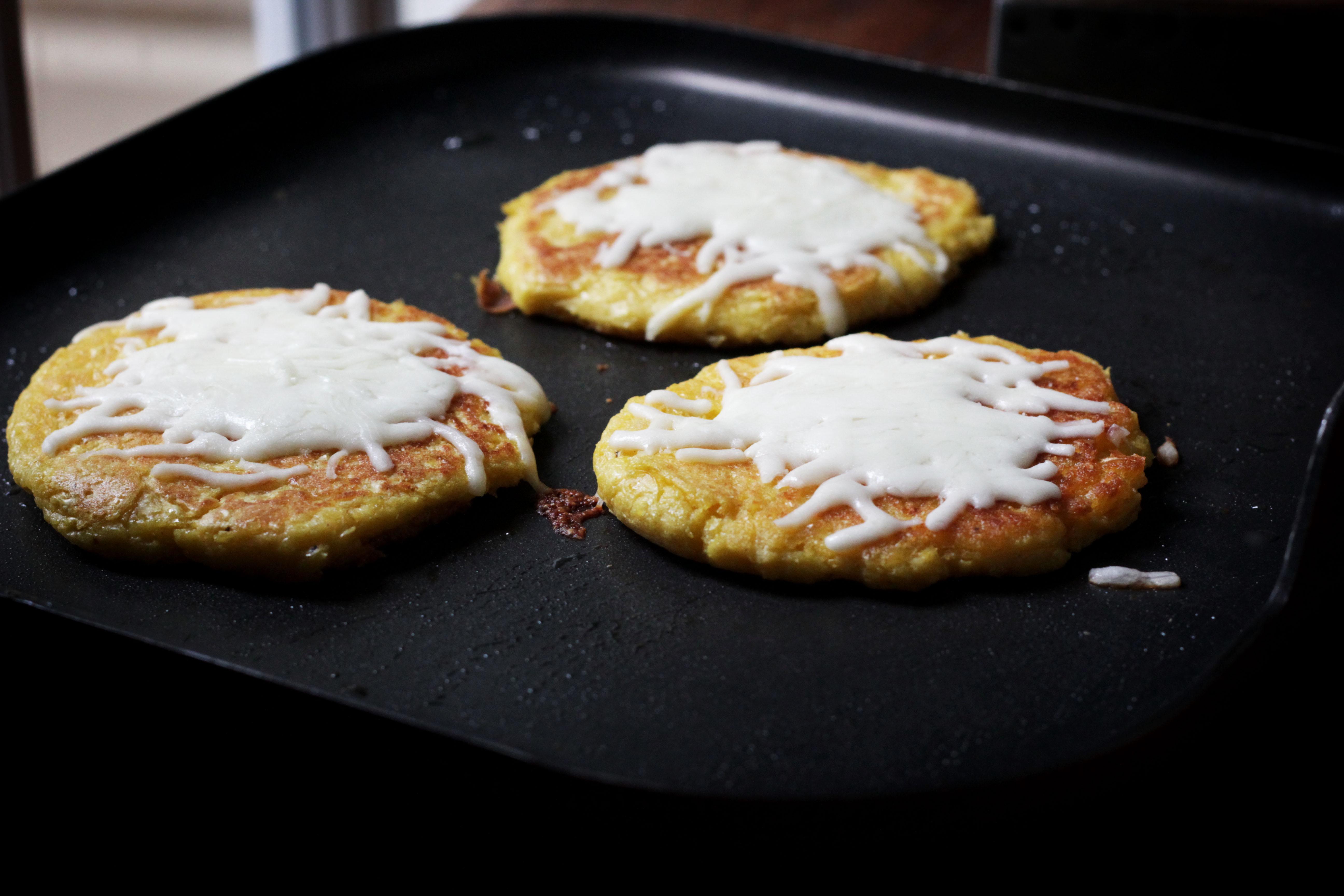 Fresh corncakes with cheese cachapas global table adventure venezuelaodcipeg2790 forumfinder Gallery