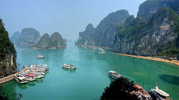 Ha Long Bay on a sunny day. Photo by Disdero.