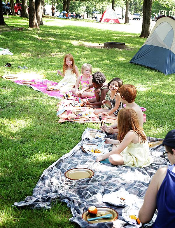 kids-eating-camfire-cake